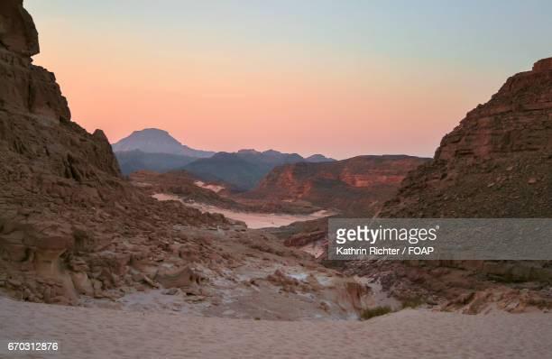 sunset in the sinai desert - monte sinai imagens e fotografias de stock