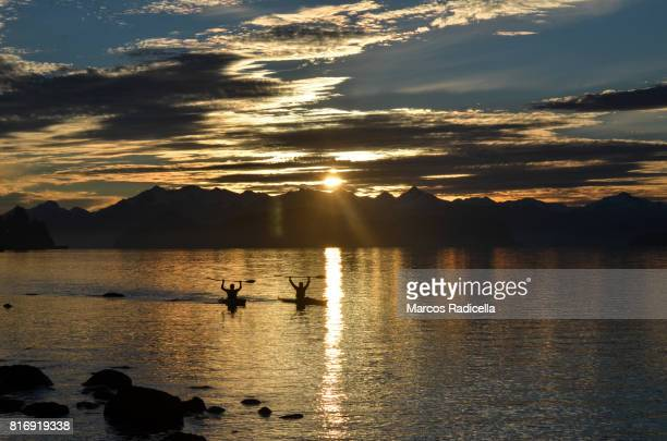 sunset kayaking - radicella photos et images de collection