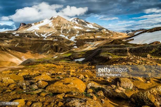 sunset light on the kerlingarfjöll mountain with nice golden color rocks - austurland stock-fotos und bilder
