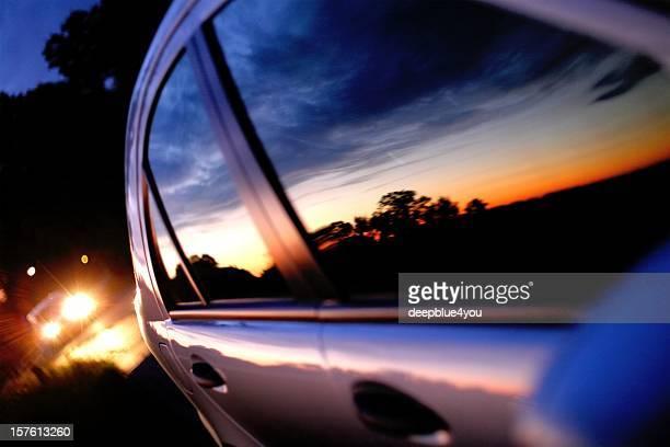 puesta de sol en una ventana de coche espejo - persecución conceptos fotografías e imágenes de stock