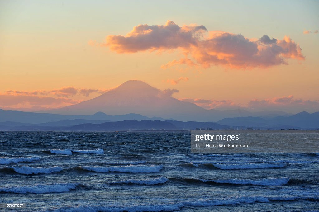 Sunset Mt.Fuji viewed from beach : Foto de stock