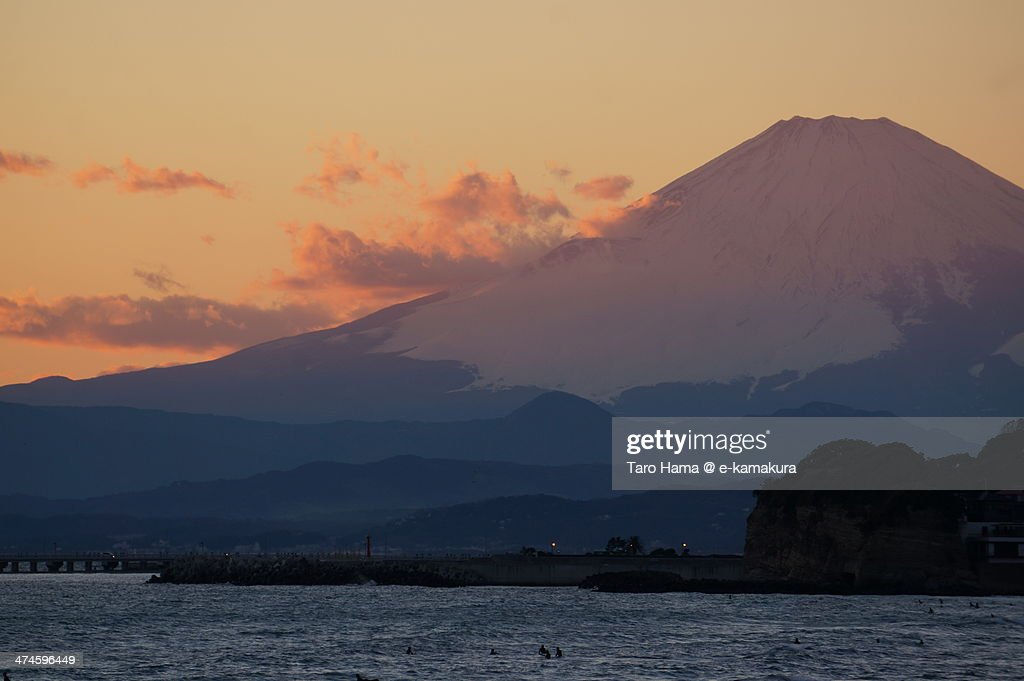Sunset Mt.Fuji viewed from beach : Foto de stock