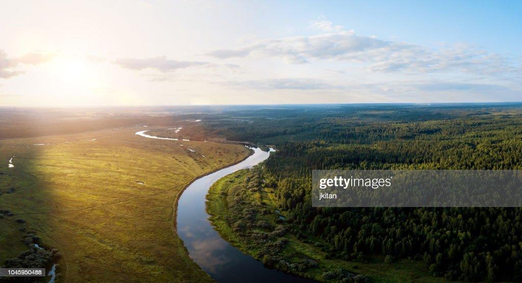 zonsondergang op een rivier : Stockfoto