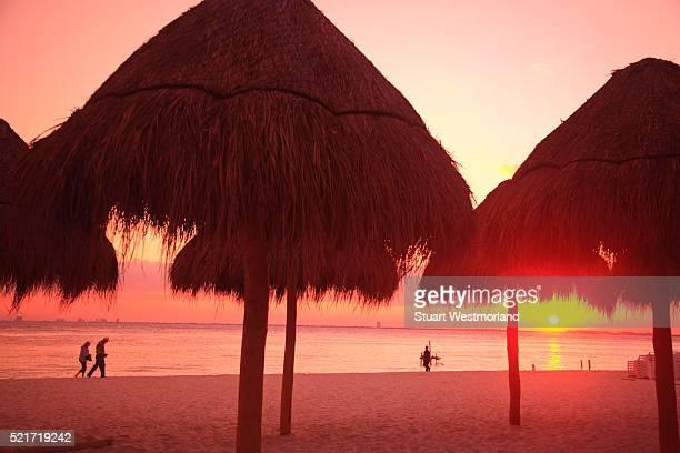 sunset on beach on isla mujeres - mujeres fotos stockfoto's en -beelden
