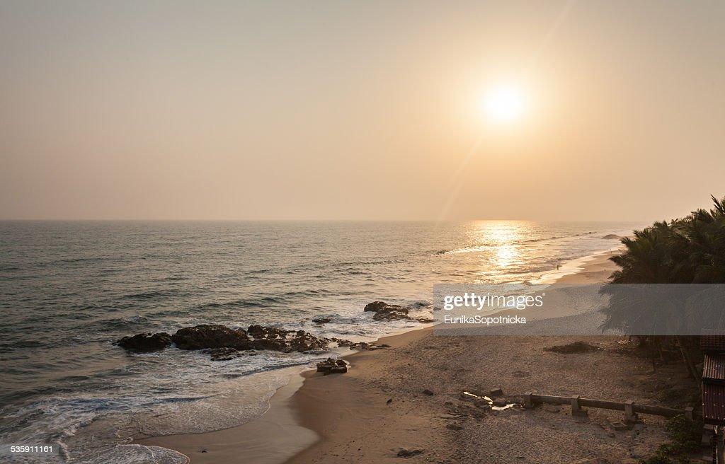 Atardecer en la playa de la costa del cabo, Ghana : Foto de stock