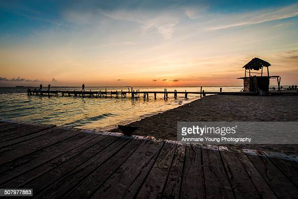 sunset on isla mujeres, mexico - mujeres fotos stockfoto's en -beelden