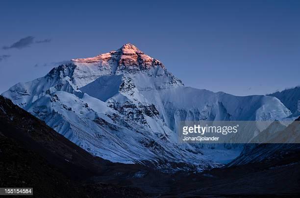 coucher de soleil sur le mont everest - mont everest photos et images de collection