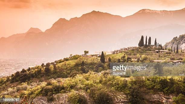 Sonnenuntergang auf die Berge am north Lake Garda, Italien