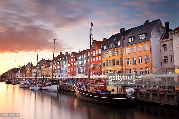sunset on nyhavn canal, copenhagen, denmark. - copenhague photos et images de collection
