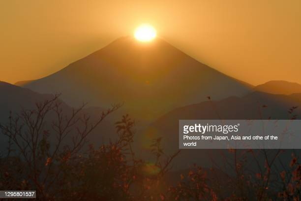sunset on peak of mt. fuji: view from summit of mt. takao on winter solstice day - ダイヤモンド富士 ストックフォトと画像