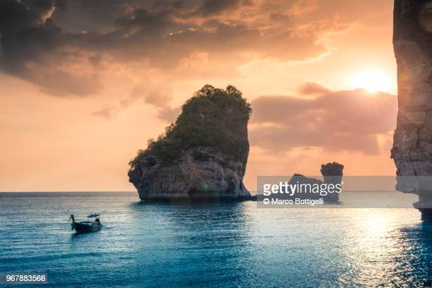 sunset on phi phi island, thailand - phi phi islands stock-fotos und bilder