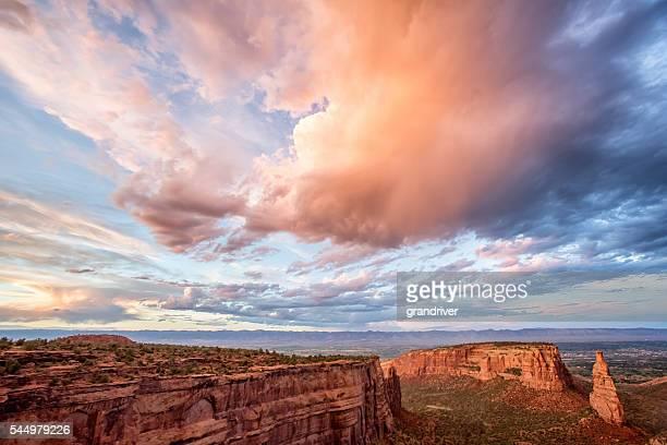 sonnenuntergang auf dem colorado national monument - colorado national monument stock-fotos und bilder