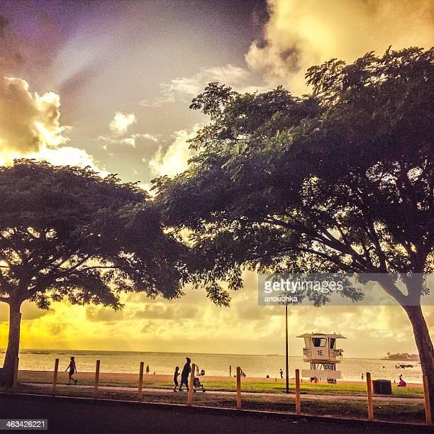 Coucher de soleil sur la plage de Honolulu, Hawaï, États-Unis