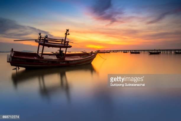 sunset on the sea with a boat at bangpra beach chonburi,thailand - provinz chonburi stock-fotos und bilder