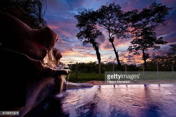 sunset on the swimming pool - playa tamarindo fotografías e imágenes de stock