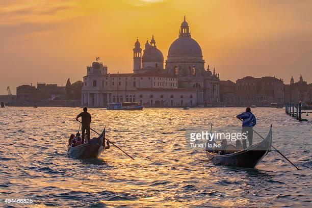 sunset on the venetian lagoon - gondel stock-fotos und bilder