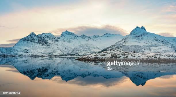 """sunset over a calm winter lake in the lofoten in norway - """"sjoerd van der wal"""" or """"sjo""""nature stockfoto's en -beelden"""