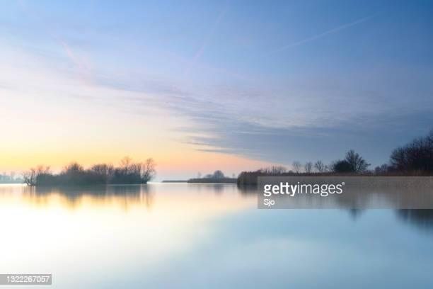 """zonsondergang over een meer met kleine eilanden op een de winterdag - """"sjoerd van der wal"""" or """"sjo""""nature stockfoto's en -beelden"""