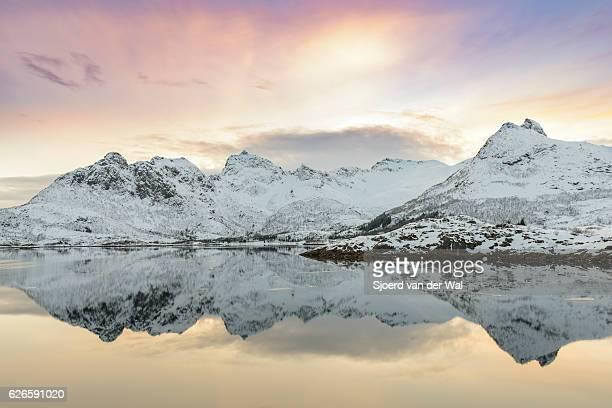 """coucher de soleil sur le lac dans le calme en hiver lofoten en norvège - """"sjoerd van der wal"""" photos et images de collection"""