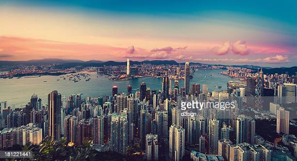 sunset over city skyline and victoria harbour - hong kong fotografías e imágenes de stock