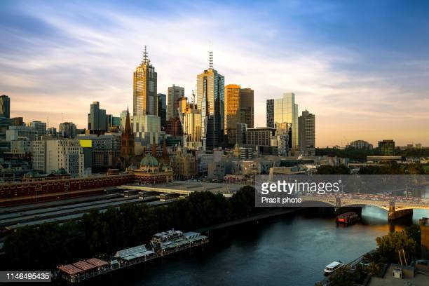 sunset over city skyline of melbourne downtown, princess bridge and yarra river in melbourne, victoria, australia. - melbourne austrália - fotografias e filmes do acervo