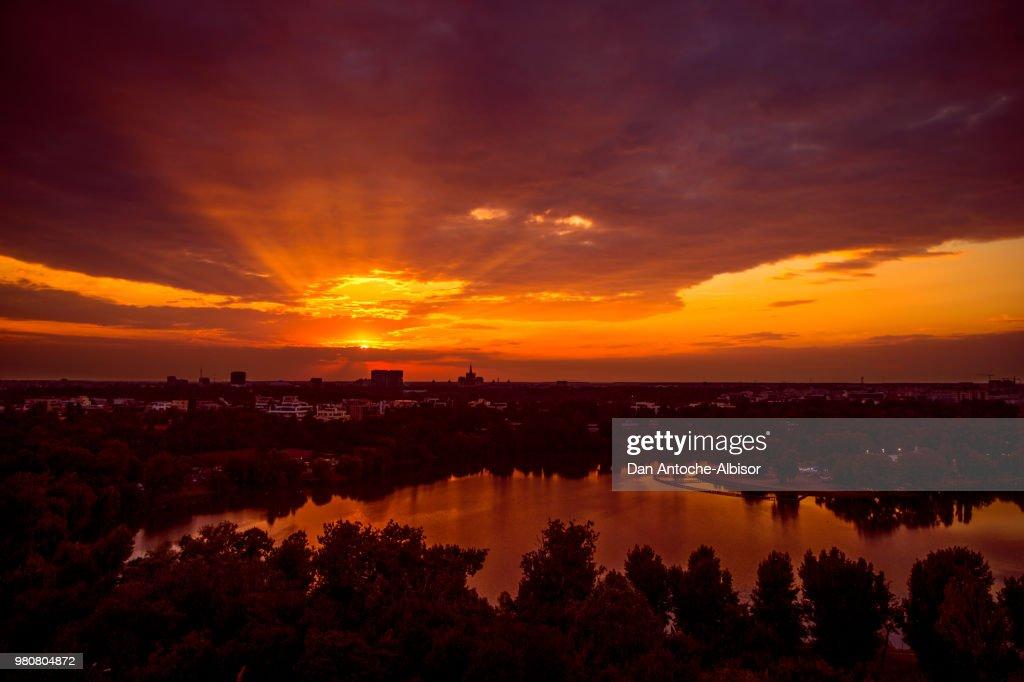 Sunset over cityscape and lake, Bucharest, Romania : Stock-Foto