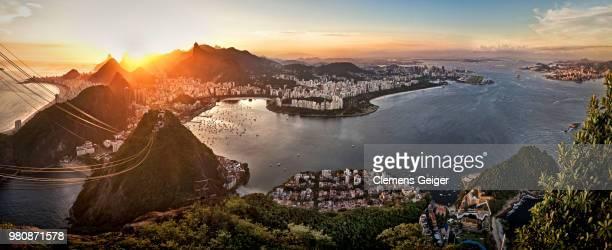 sunset over cityscape with mountains, rio de janeiro, brazil - rio de janeiro stock-fotos und bilder
