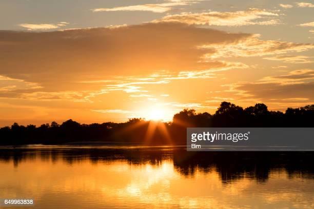 pôr do sol ao longo do rio cubango, namíbia, áfrica - parque nacional - fotografias e filmes do acervo