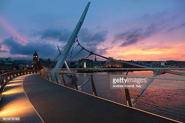 sunset over derry, northern ireland - river foyle stock pictures, royalty-free photos & images