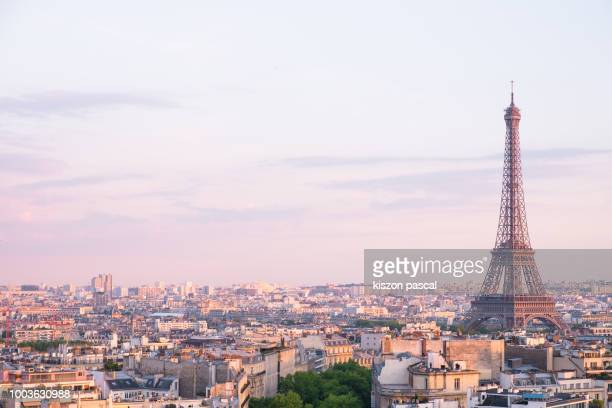 sunset over eiffel tower in paris , france - parís fotografías e imágenes de stock