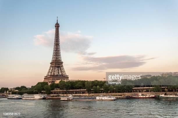 sunset over eiffel tower in paris - fluss seine stock-fotos und bilder