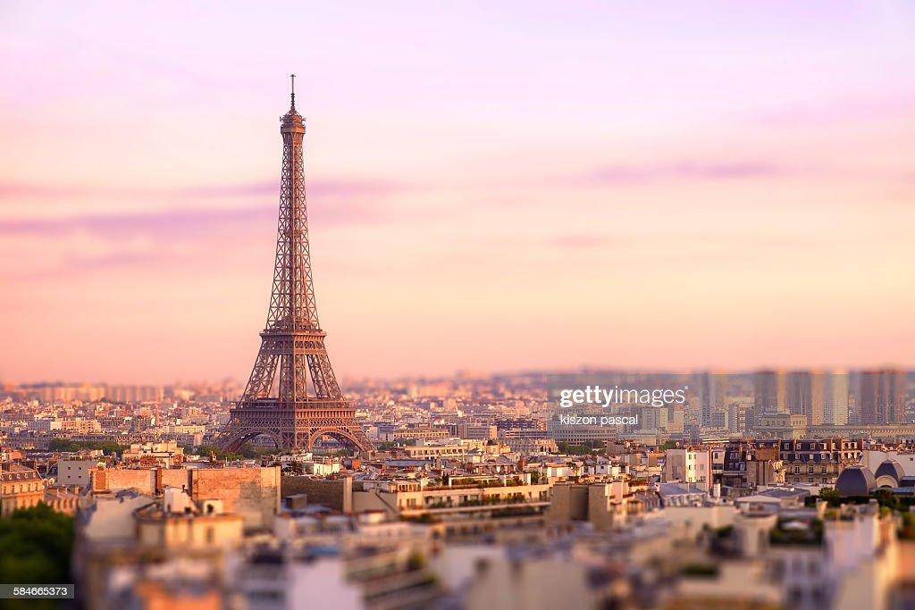Sunset over Eiffel tower in Paris : Foto de stock