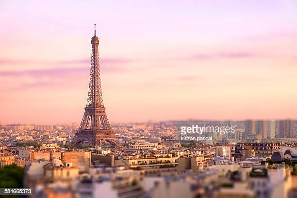 sunset over eiffel tower in paris - parís fotografías e imágenes de stock