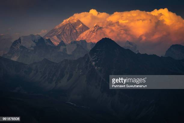 sunset over everest mountain peak from gokyo ri view point, himalayas range, nepal - gokyo ri ストックフォトと画像