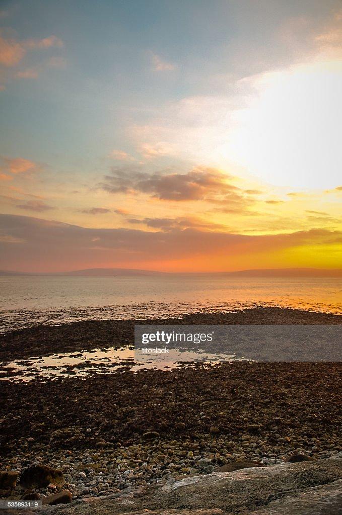 ゴールウェイ湾に沈む夕日、アイルランド : ストックフォト