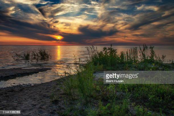 sunset over green bay - green bay wisconsin imagens e fotografias de stock
