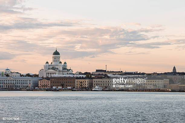 sunset over helsinki cathedral in finland capital city - helsinki stockfoto's en -beelden
