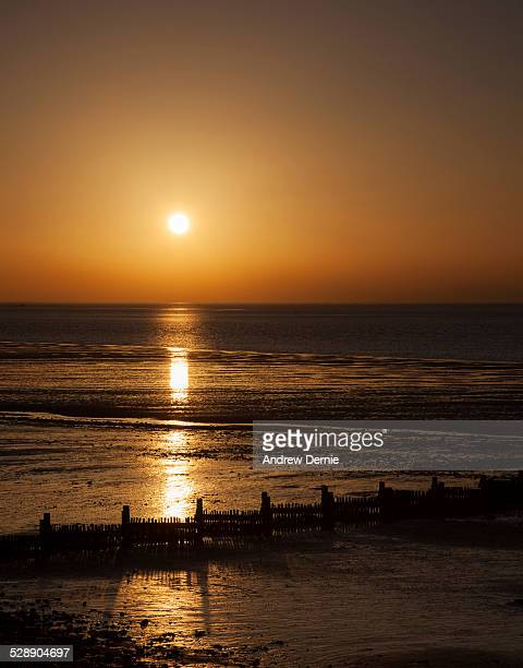 sunset over hunstanton beach - andrew dernie photos et images de collection