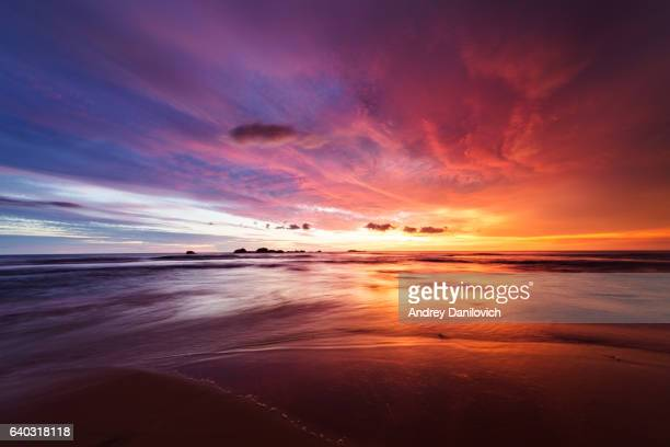 sunset over indian ocean - avondschemering stockfoto's en -beelden