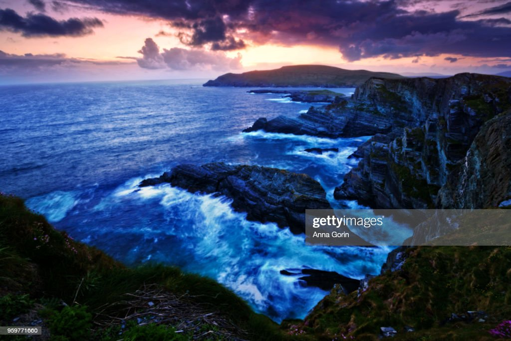 Sunset over Kerry Cliffs along Skellig Ring, long exposure on surf : Stock-Foto