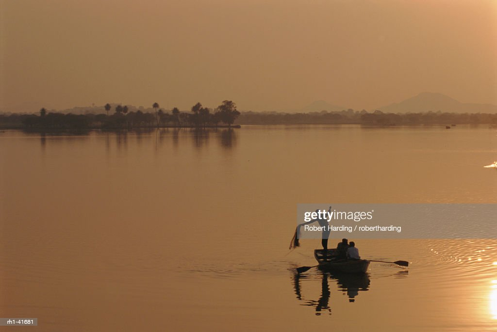 Sunset over lake created by dam, Deogarh, Rajasthan, India : Foto de stock