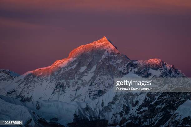 sunset over makalu mountain peak in everest region , mera high camp, nepal - bergpiek stockfoto's en -beelden