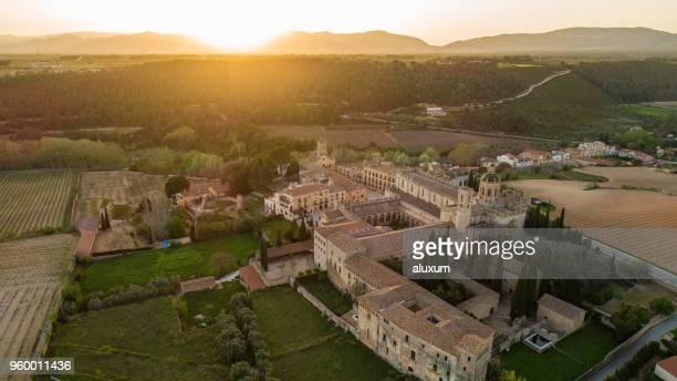 pôr do sol sobre o mosteiro de santes creus. concluída em 1225 é um dos mais importantes mosteiros cisterciense na catalunha. em 1835, os monges deixou o mosteiro e foi declarado monumento nacional em 1921 - abadia mosteiro - fotografias e filmes do acervo