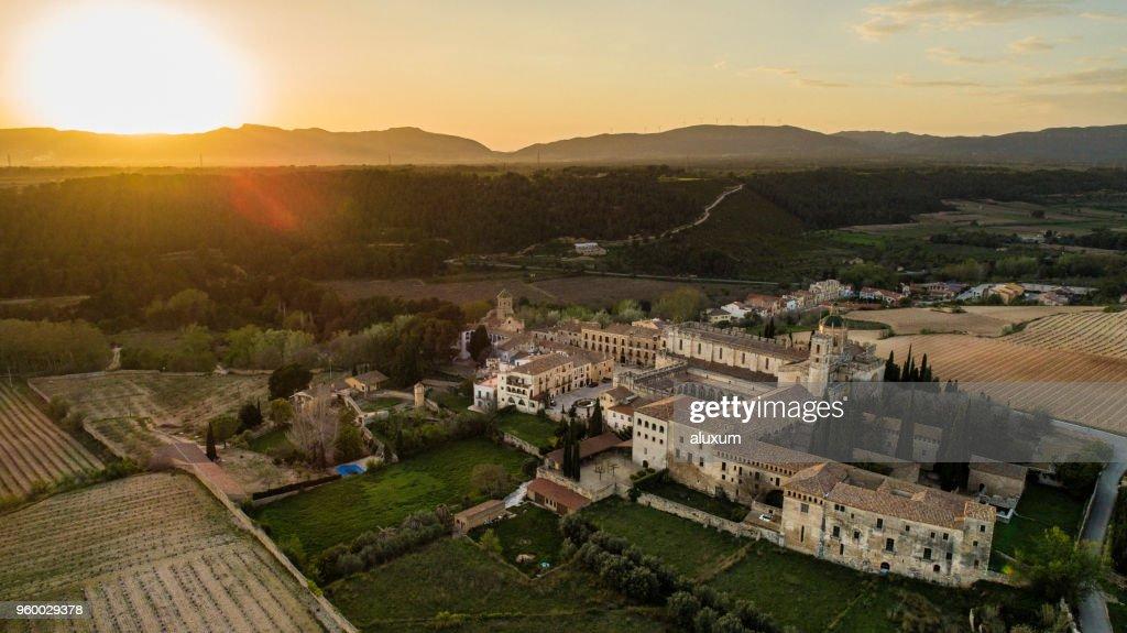 Sonnenuntergang über Kloster Santes Creus. Abgeschlossen im Jahr 1225 gehört zu den bedeutendsten Zisterzienserkloster in Katalonien. Im Jahre 1835 die Mönche verließ das Kloster und wurde zum Nationaldenkmal erklärt wurde im Jahre 1921 : Stock-Foto