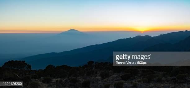 sunset over mount meru - meru filme stock-fotos und bilder