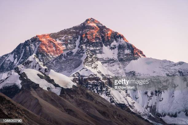 sunset over mt everest from tibet - bergpiek stockfoto's en -beelden