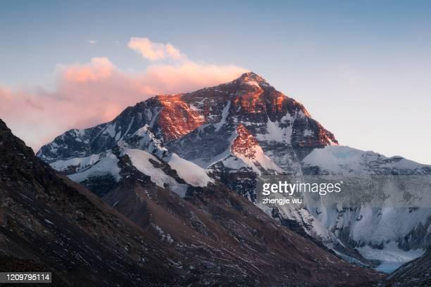 sunset over mt.everest from tibet,qomolangma - エベレスト ストックフォトと画像