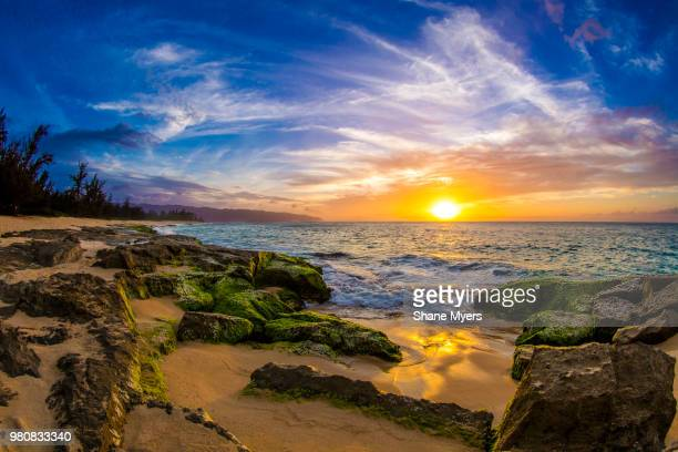 sunset over oahu island beach, haleiwa, hawaii, usa - haleiwa - fotografias e filmes do acervo