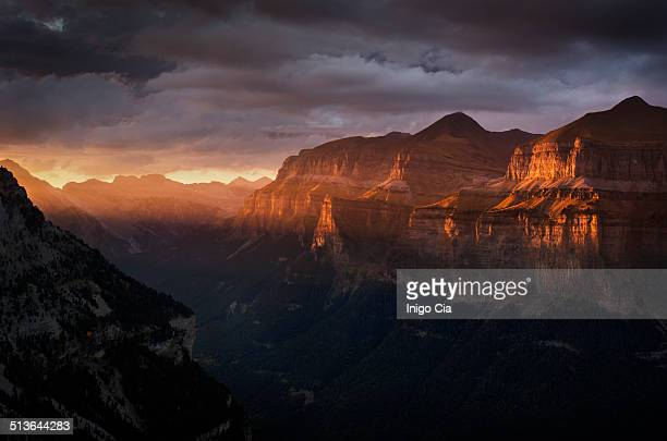 sunset over ordesa valley - アラゴン ストックフォトと画像