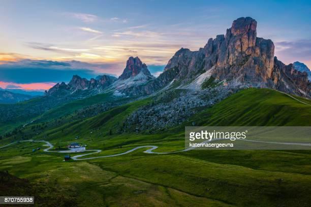 Solnedgång över Pass Giau. Dolomiterna Alperna. Italien
